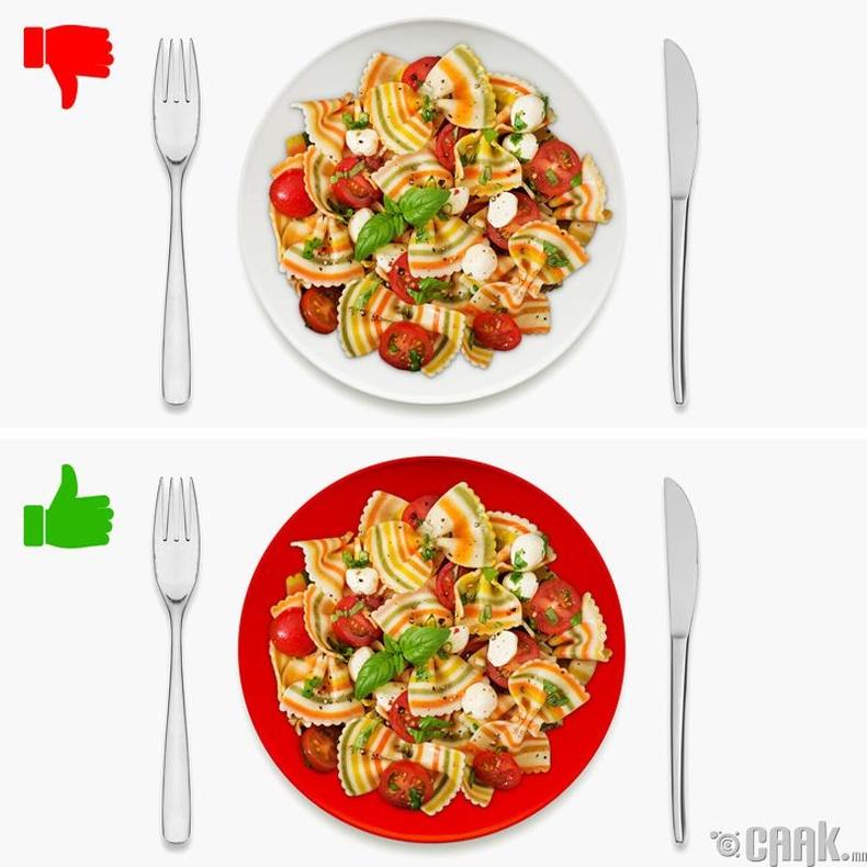 Улаан өнгийн тавагнаас хоол идэх