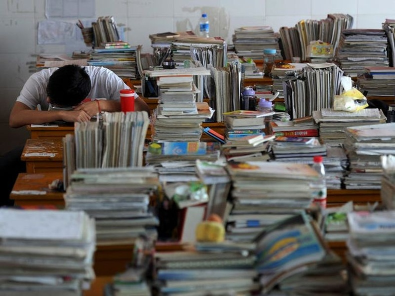 """Хятадын төгсөх ангийнхны ЭЕШ буюу """"gaokao""""-д бэлдэж буй сурагчид өдөрт 13 цагийг хичээл хийж өнгөрөөдөг."""