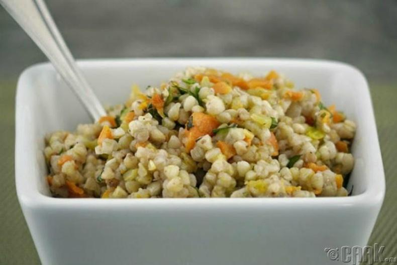 Гурвалжин будаа, лууван, тахианы махтай салат