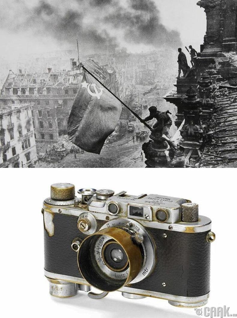 """""""Рейхстаг дээр тугаа мандуулсан нь"""", Евгений Халдей, 1945 он. """"Leica Iii"""" камер"""