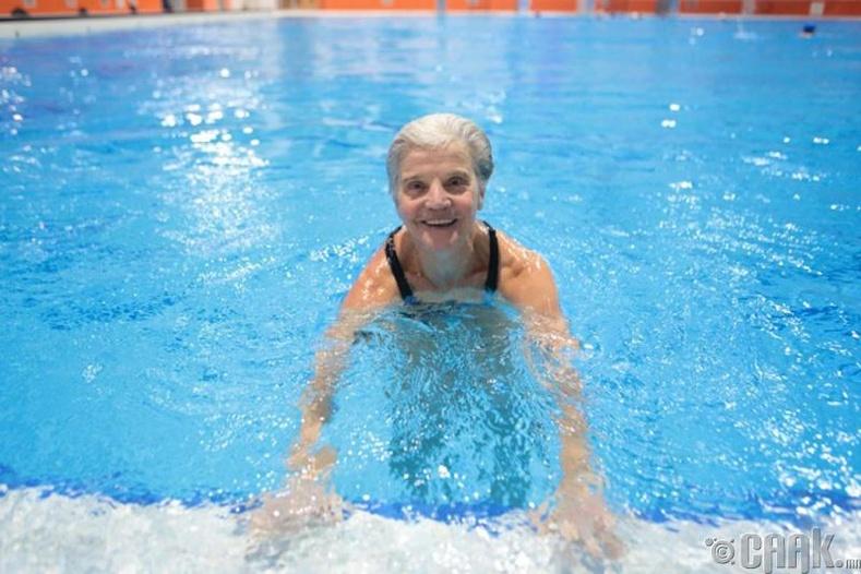 Усанд сэлэлтийн карьераа 60 насандаа эхлүүлсэн эмэгтэй