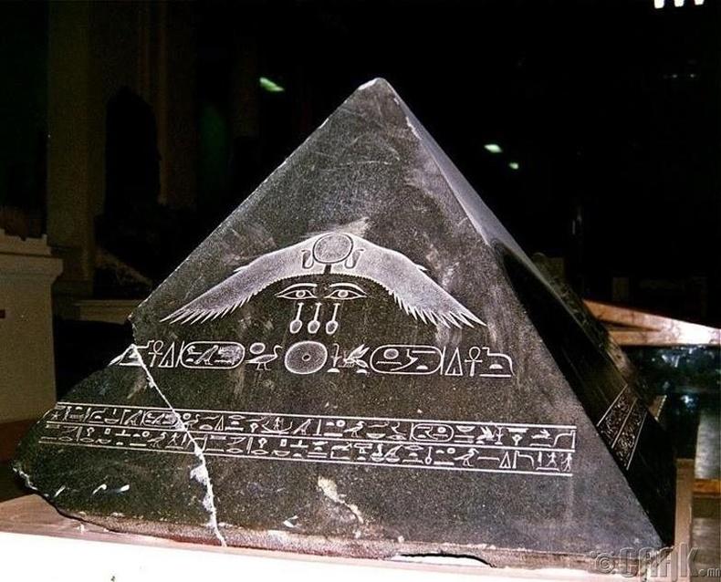 Египетийн нэгэн пирамидын оройн хэсэг