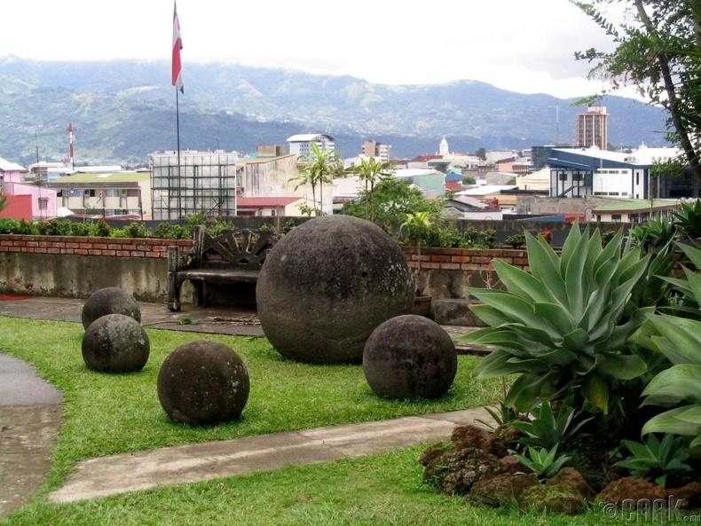 Коста Рикогийн чулуун бөмбөрцөгүүд