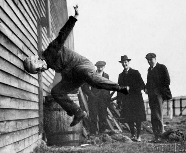 Америк хөлбөгийн дуулга туршиж байгаа нь - 1912 он