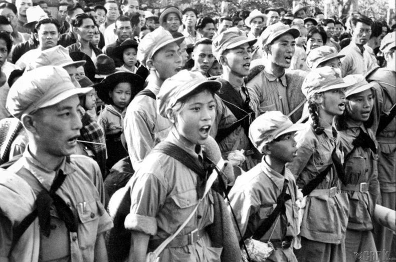 Коммунист цэргүүд Шэньжэнд ялалтын дуу дуулж буй нь, 1949 оны 10 сарын 25