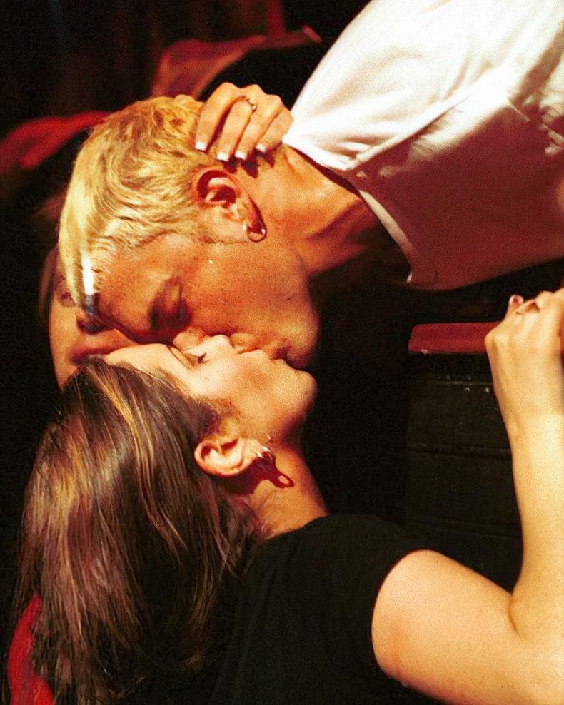 Эминем тайзан дээрээс фэнтэйгээ үнсэлцэв, 1999