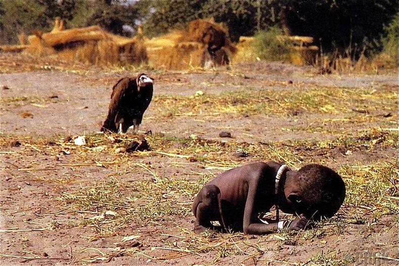 Өлсгөлөнд нэрвэгдсэн бяцхан охин ба түүнийг отох махчин шувуу