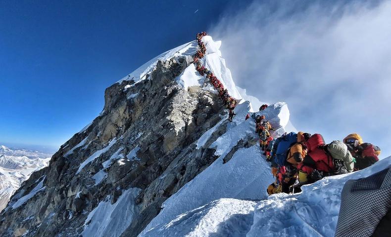 """Эверест ууланд үүсээд буй """"үхлийн дараалал"""""""