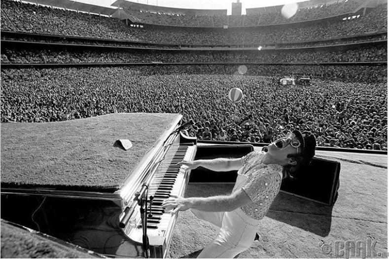 Дуучин Элтон Жон (Elton John) Лос Анжелас дахь тоглолтын үеэр - 1975 он