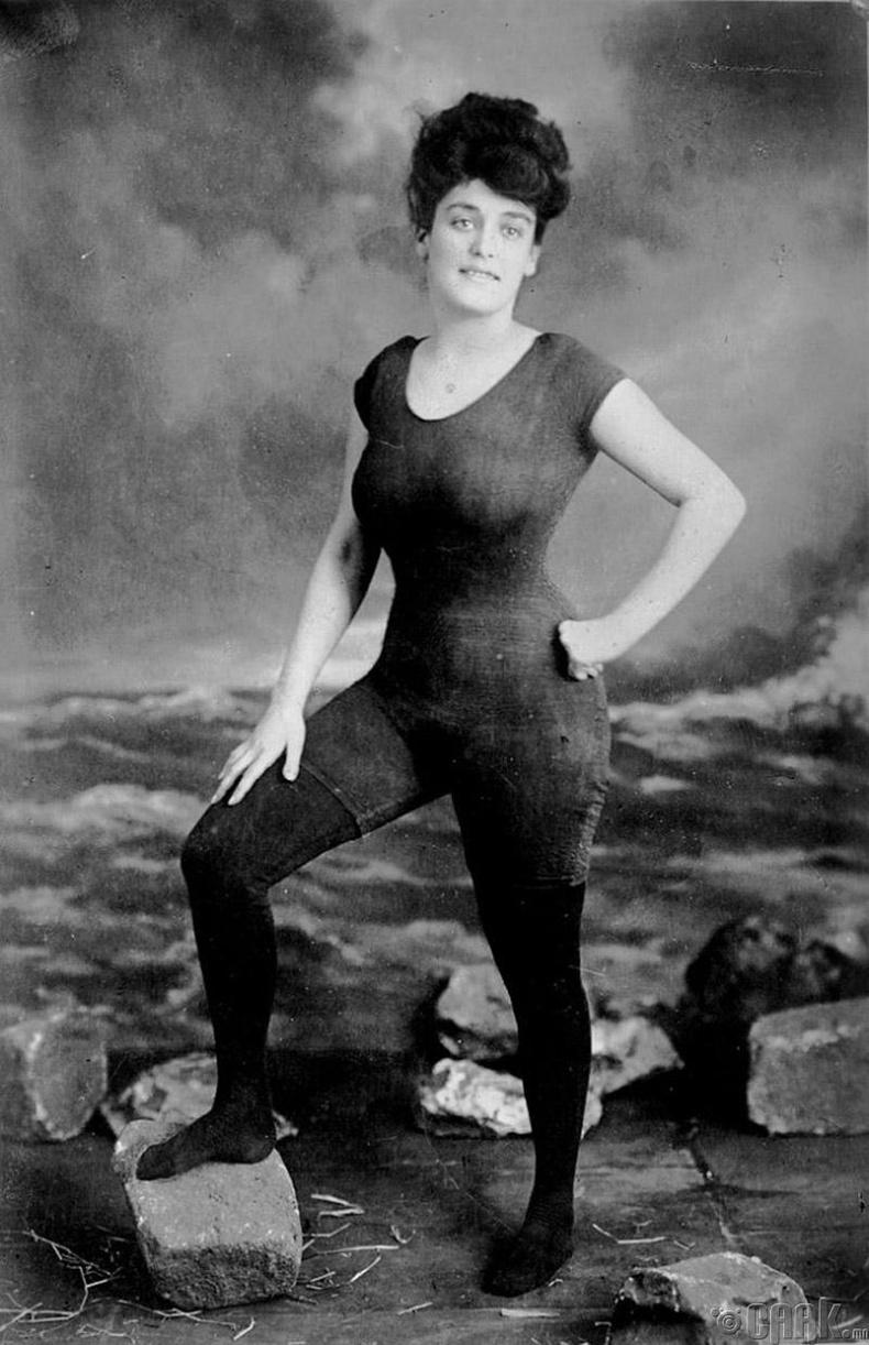 Усанд сэлэлтийн тамирчин, жүжигчин, зохиолч Аннет Келлерман (Annette Kellerman) бариу усны хувцас өмссөнийхөө дараа олон нийтэд садар самууныг сурталчилсан хэмээн баривчлагдаж байсан - 1907 он