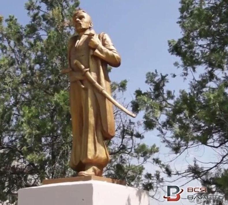 Запорожье дахь Лениний хөшөөг козак түүхэн улс төрч Пилип Орлик болгосон нь