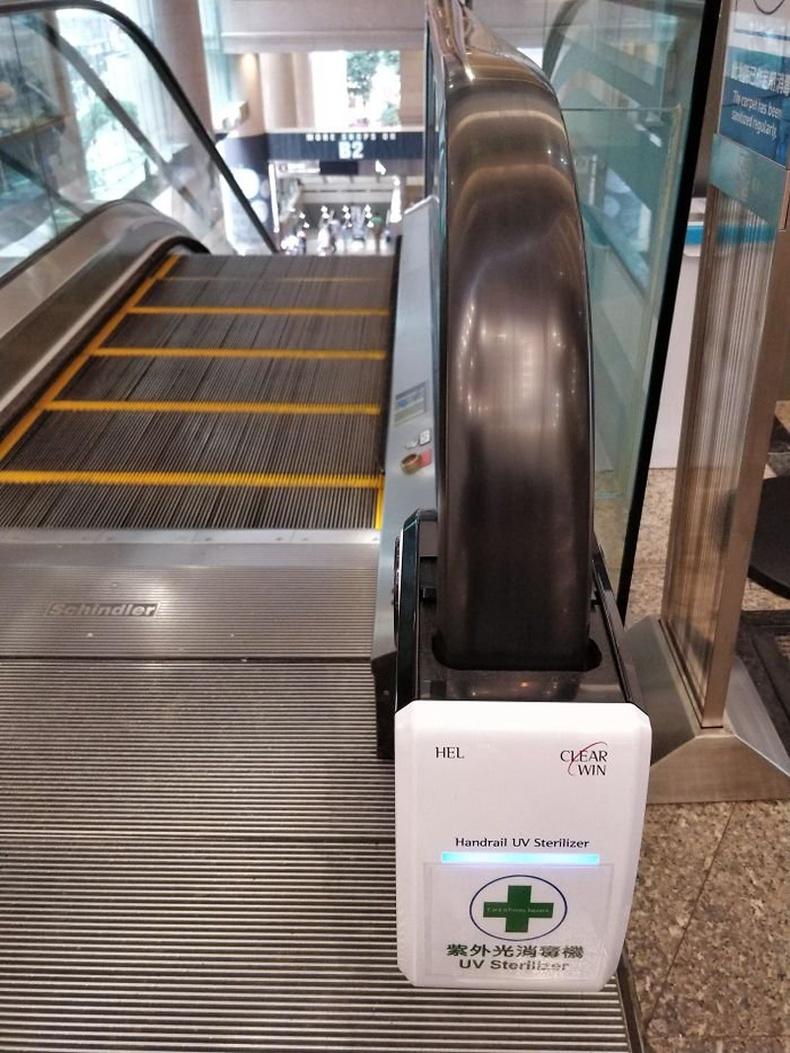 Хонконгийн их дэлгүүрт урсдаг шатны бариулыг автоматаар халдваргүйжүүлж байна