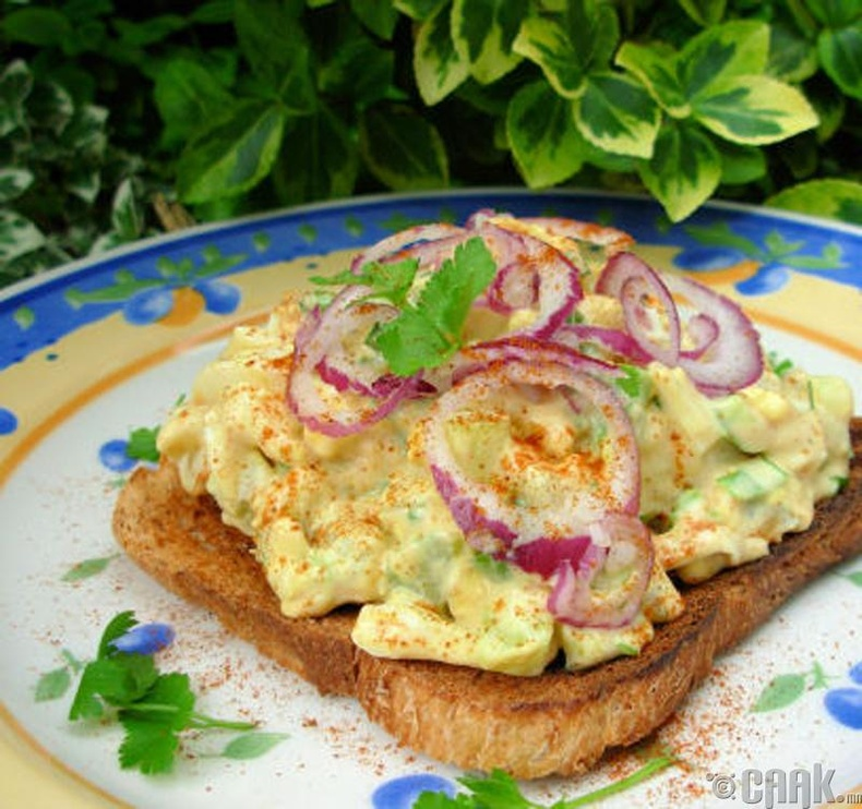 Өндөгний салаттай талх