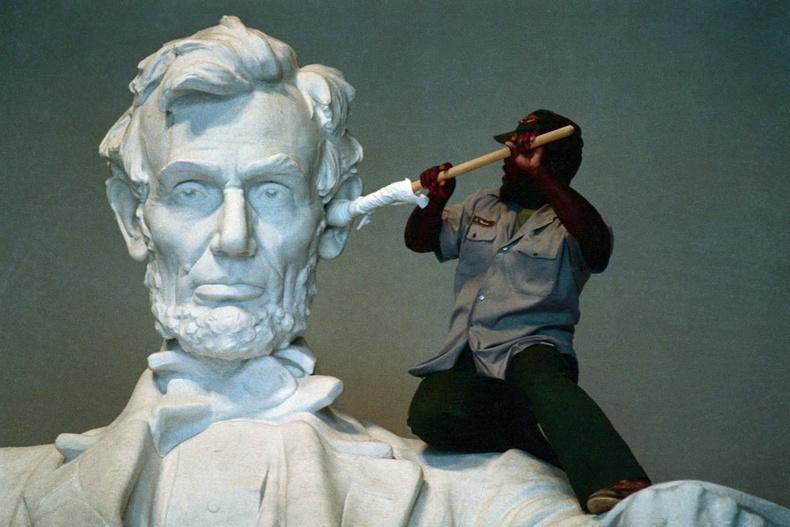 Авраам Линкольны чихийг цэвэрлэж өгч байна