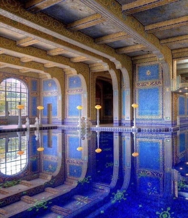 Калифорнийн Сан Симеон, Херст цайз дахь Azure усан санг1919-1947 онд архитектор Жулия Морган барьжээ.