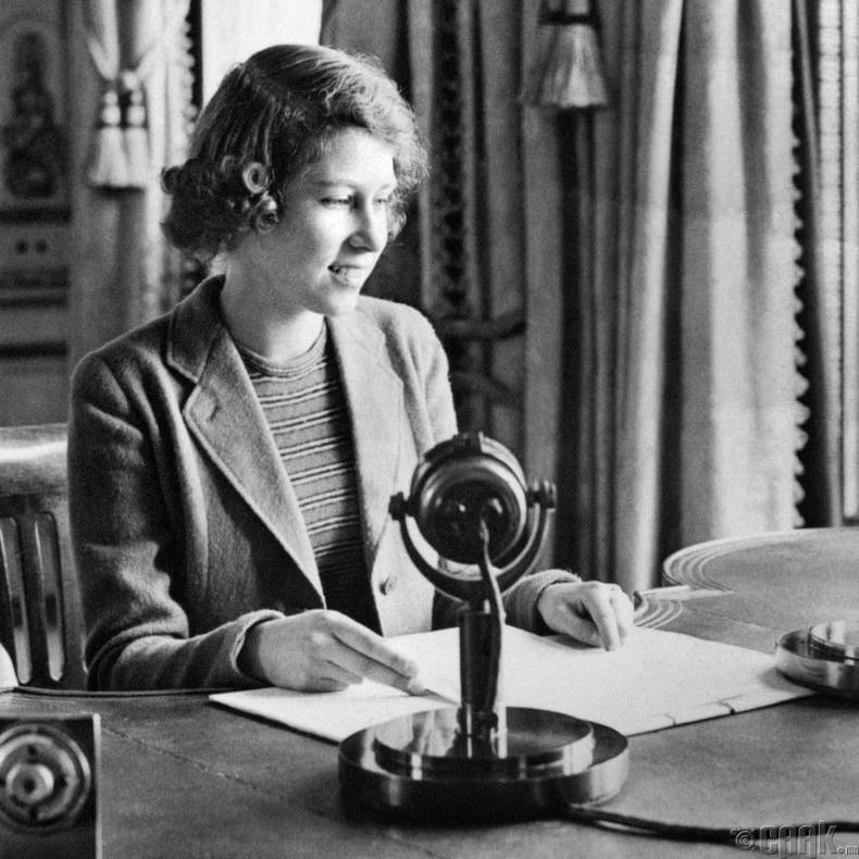 """Гүнж Элизабет """"Хүүхдийн цаг"""" радио нэвтрүүлэгт оролцож буй нь, 1942 он"""