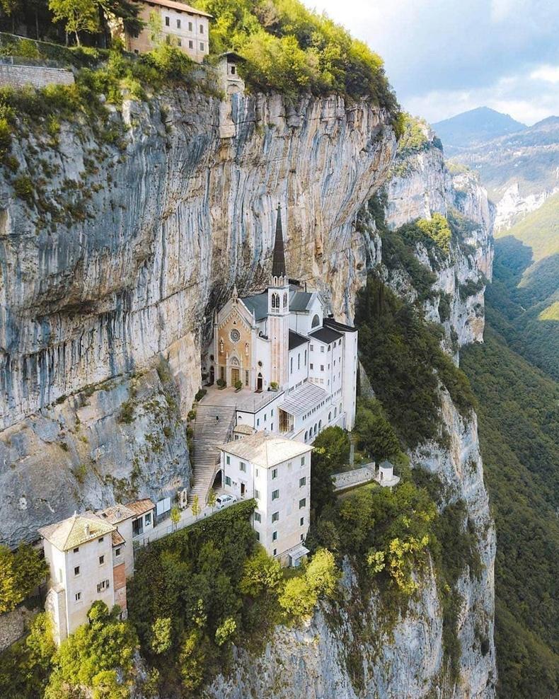 Мадонна делла Коронагийн сүм, Итали