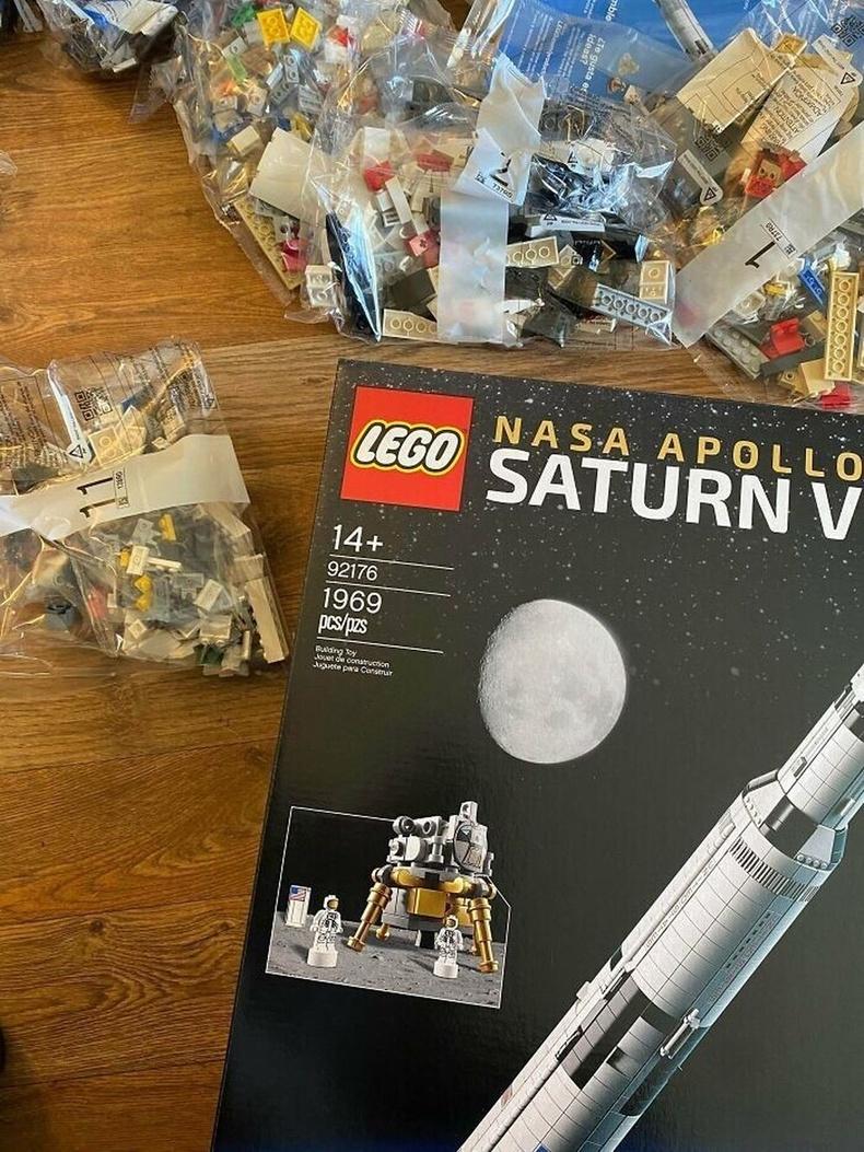 """""""LEGO Saturn 5"""" сансрын хөлгөн тоглоом 1969 хэсгээс бүрддэг бөгөөд энэ тоо нь хүн төрөлхтөн хамгийн анх саран дээр хөл тавьсан оныг илэрхийлнэ."""