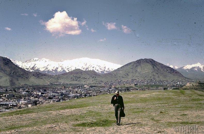Билл Подлич Кабул дахь уулын бэлээр алхаж байгаа нь.