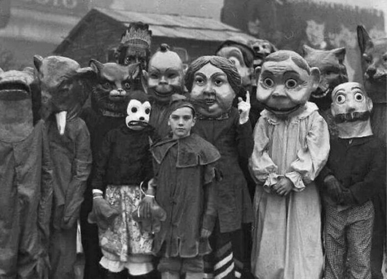 20-р зууны эхэн үед хүүхдүүдийн өмсдөг байсан Хэллоуины хувцас