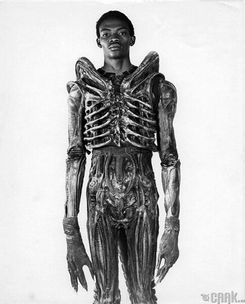 Нигери гаралтай кино жүжигчин зөгнөлт киноны харь гаригийн амьтны өмсгөл өмссөн байгаа нь - 1978 он