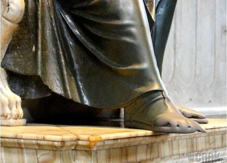 Ватикан дахь Гэгээн Питерийн хөшөөний өлмийд хүмүүс хүрч адис авдаг болоод олон зуун жил өнгөрчээ