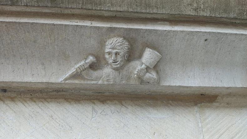 Дундад зууны сийлбэрч өөрийнхөө хөргийг сүмийн далд хэсэгт сийлж үлдээжээ