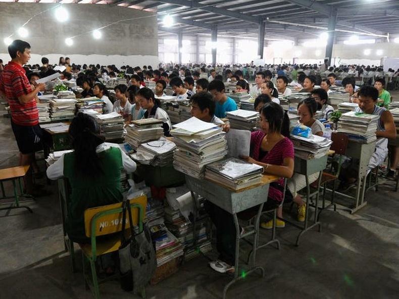 """Хүүхдүүд зөвхөн төгсөх ангидаа """"gaokao""""-д бэлдэж эхэлдэг гэвэл үгүй аж. Тэд дунд ангиасаа эхэлж уг шалгалтад бэлтгэж эхэлдэг байна."""
