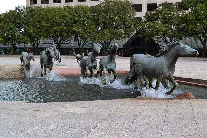 """""""Лас Колинасын мустанг адуунууд"""" усан оргилуур - Техас муж, АНУ"""