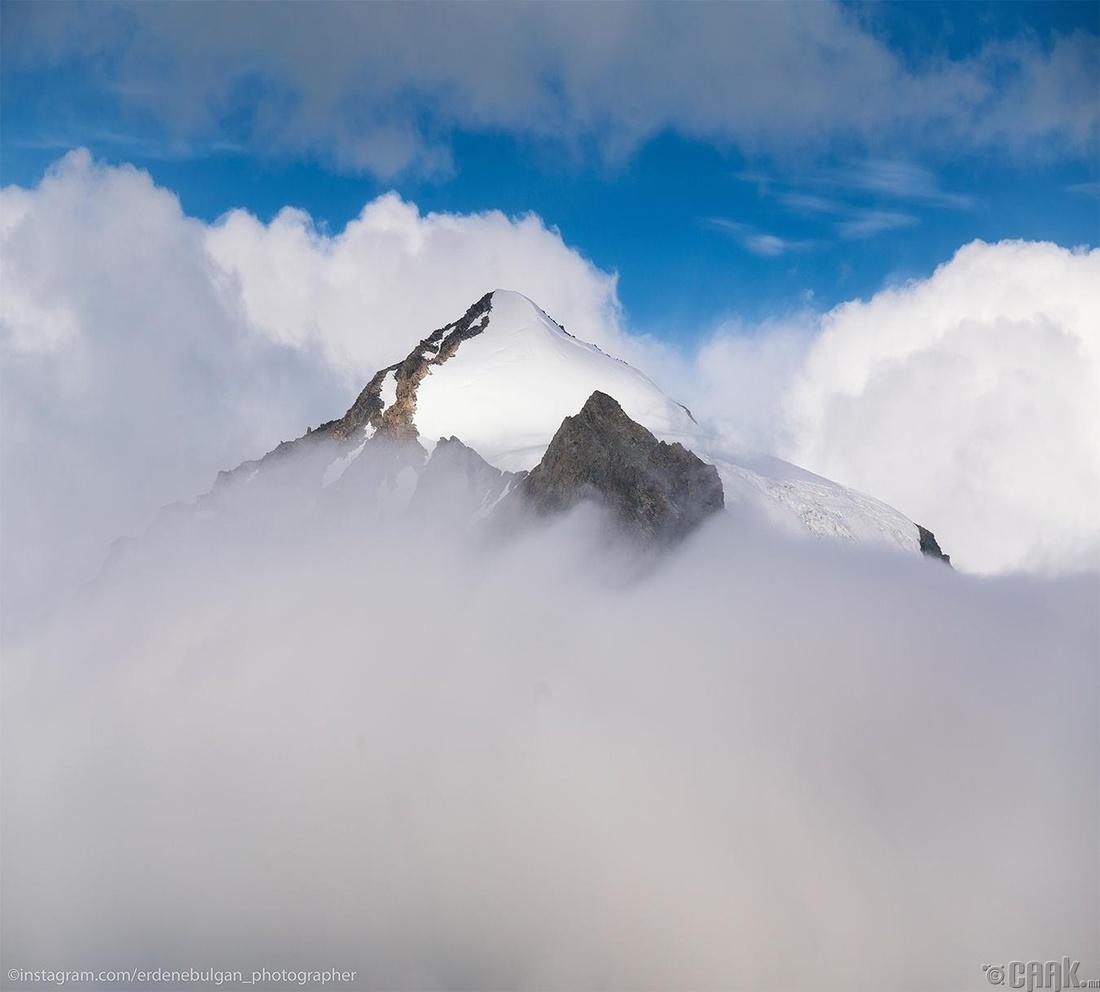 Үүлэн дээрээс харагдах Наран оргил. Алтай таван богд