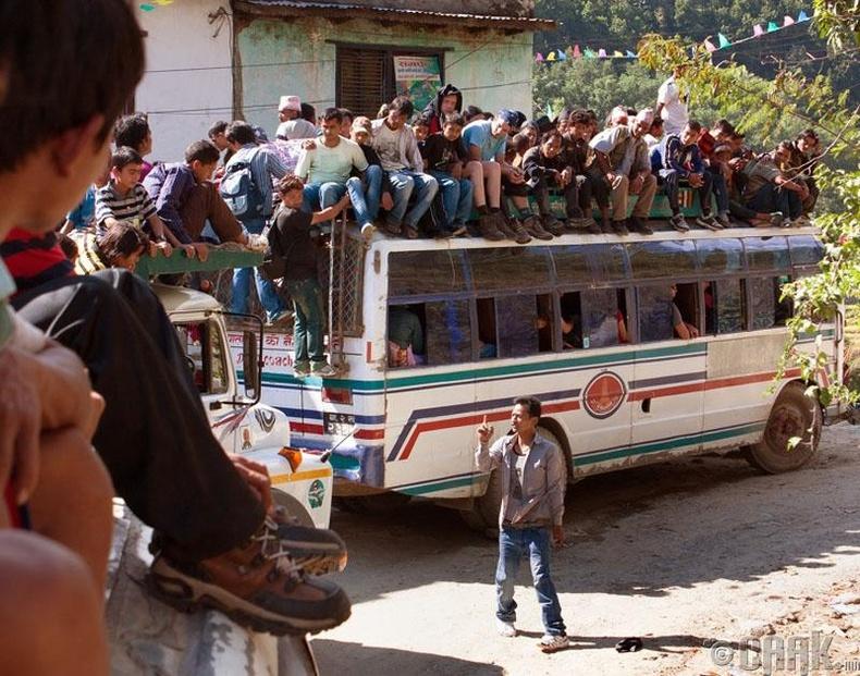 Хот хоорондын автобуснууд маш цөөхөн бөгөөд ачаалал ихтэй. Тиймээс автобусанд суух хүн тээш авах хориотой байдаг