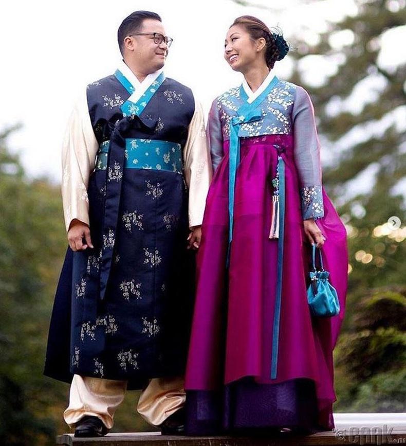 Өмнөд Солонгосчууд тод өнгөтэй уламжлалт хамбугээ өмсдөг