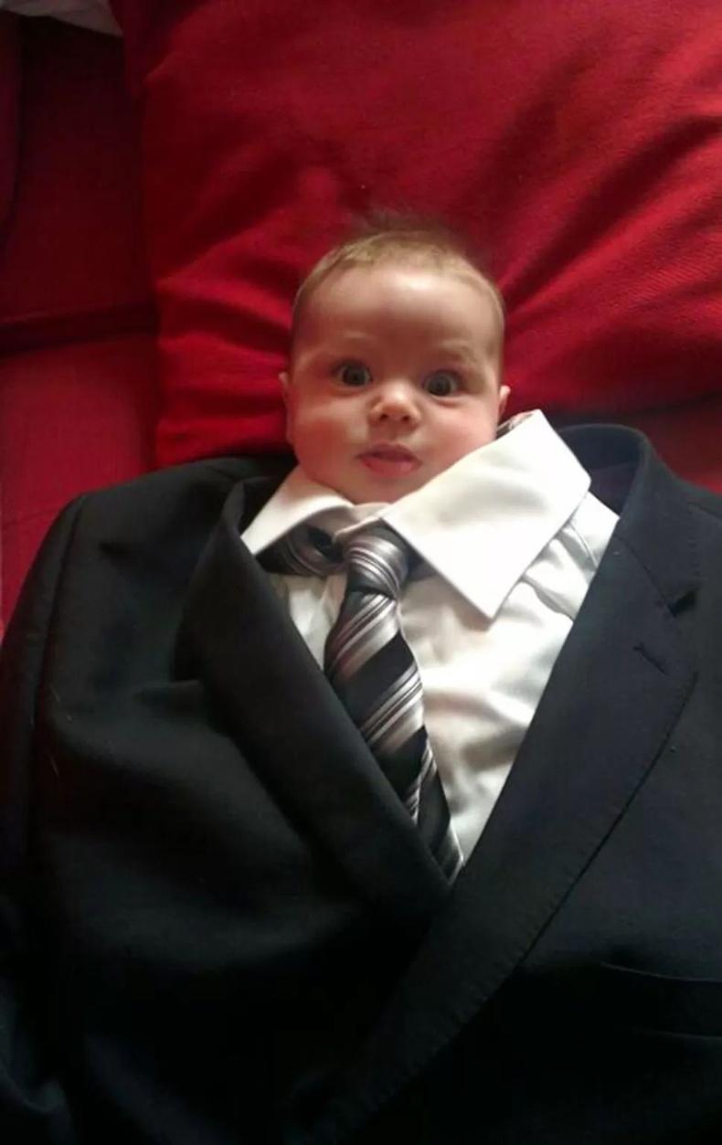 Удахгүй аавынхаа хослолыг өмсөх нь ээ...