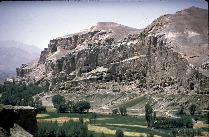 Афганистаны Бамиан хөндийд байрлах олон тооны сүм хийдүүд.