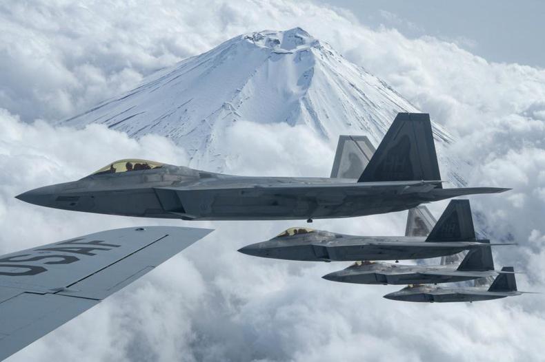 Америкийн F22 Raptor онгоцны эскадриль Фүжи уулын дэргэдүүр нисч буй нь