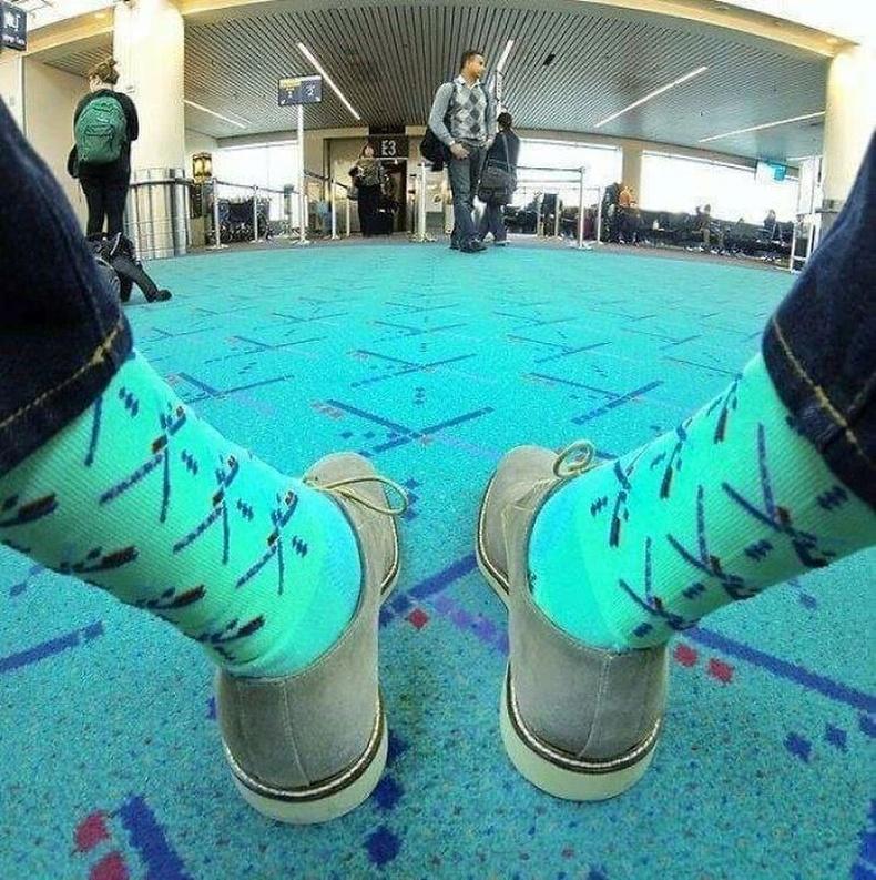 АНУ-ын Portland Airport дээр хивсэнцэртэй ижил өнгийн оймс зардаг гэнэ.