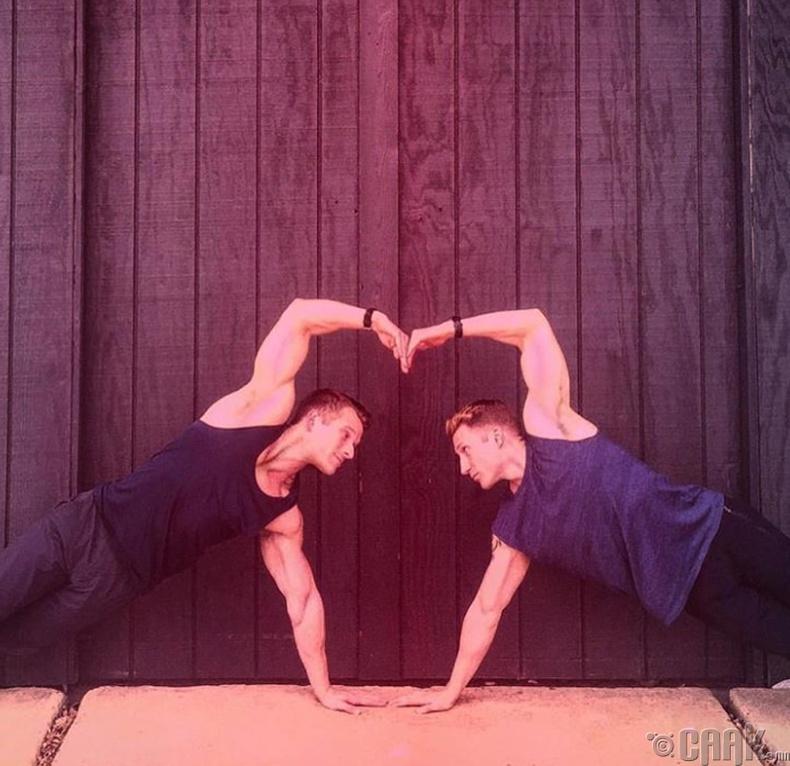 Хамтдаа дасгал хийж байна