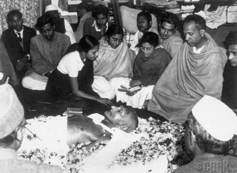 Махатма Ганди алуурчинтайгаа инээмсэглэн уулзсан гэдэг