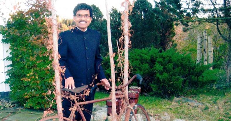 Хайртай бүсгүйтэйгээ уулзахын тулд унадаг дугуйгаар Энэтхэгээс Швед хүрсэн эр
