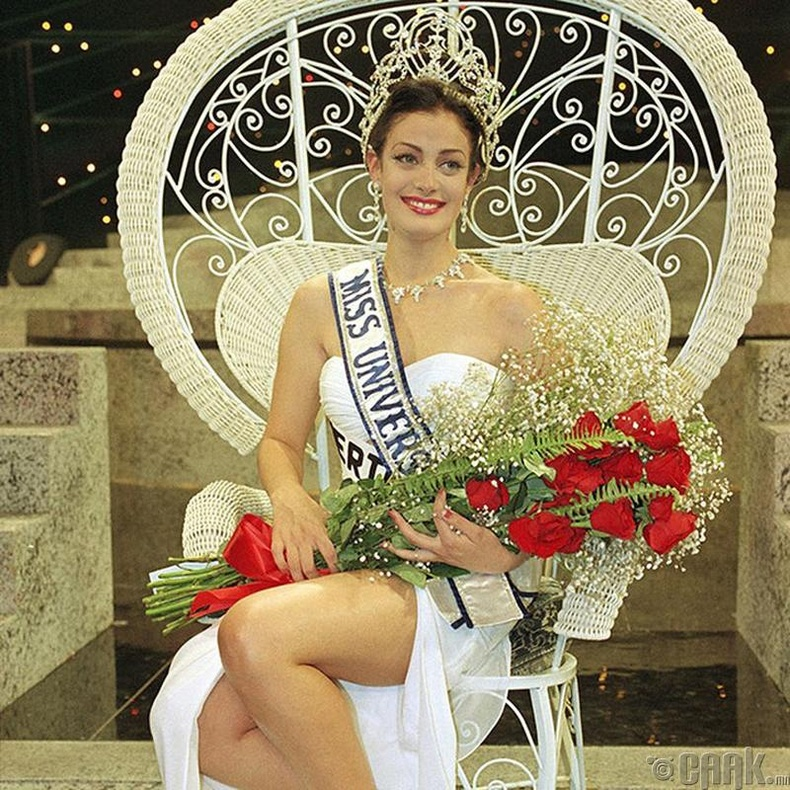 """Miss Universe-1993""-ын ялагч:  Пуэрто Рикогын гоо бүсгүй Даянара Торрес, 19 настай, 174 см өндөр."