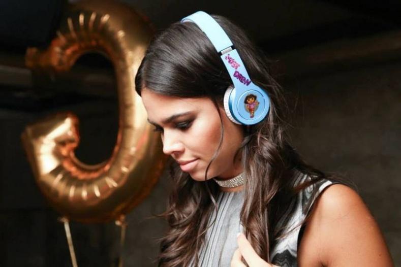 Америкийн 23 настай үзэсгэлэнтэй DJ бүсгүй