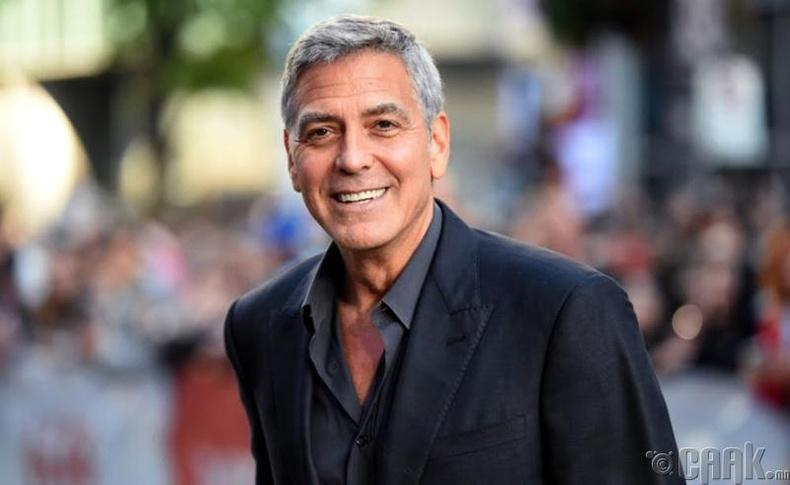 Жорж Клуни ажилтнуудынхаа дэргэд унгасан