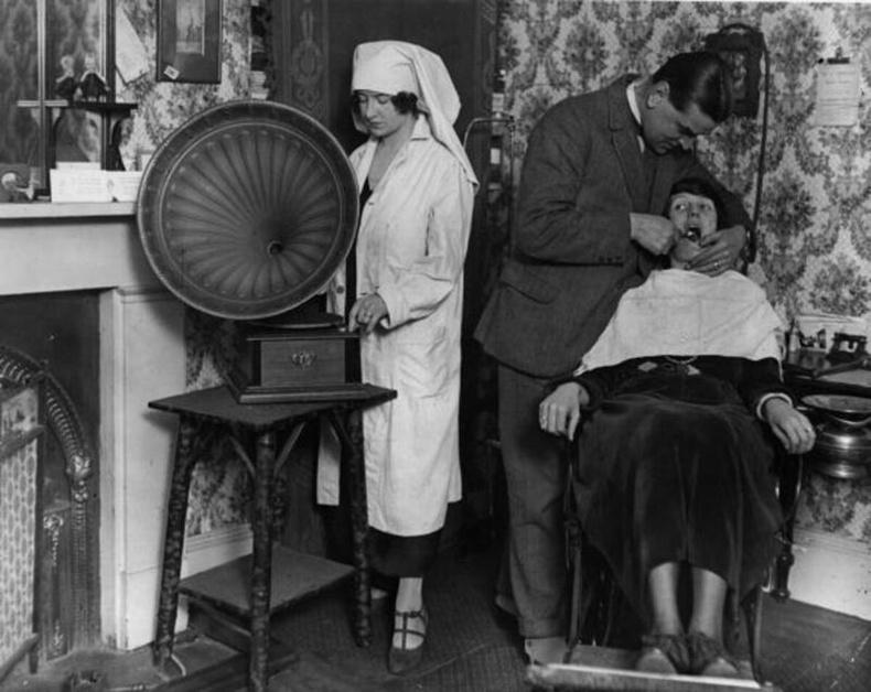 Өвчтөнийг сатааруулахын тулд шүдний эмчийн тасагт чанга хөгжим тавьдаг байв. 1922