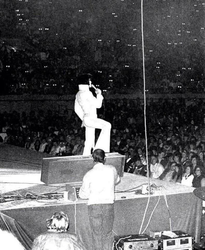 Элвис Преслигийн тоглолтын үеэр цаана суусан үзэгчдийн нүд ингэж гарчээ
