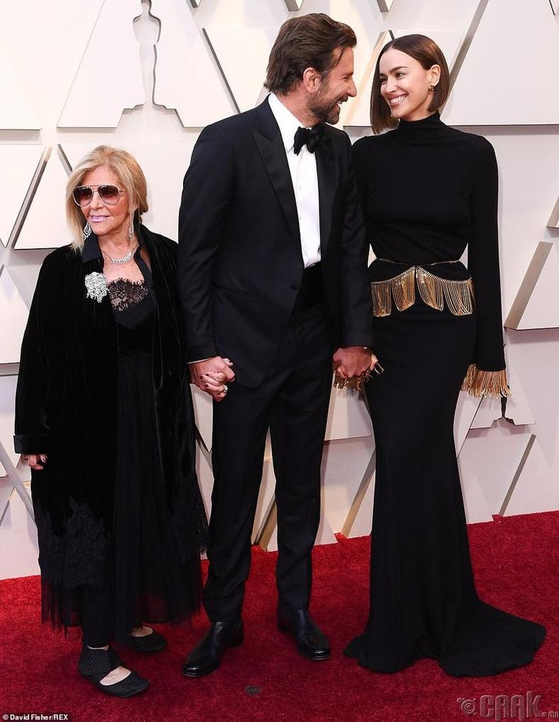 Шилдэг эрэгтэй гол дүрд нэр дэвшсэн жүжигчин Брэдли Күпер (Bradley Cooper) найз бүсгүй Ирина Шейк болон ээжийн хамт