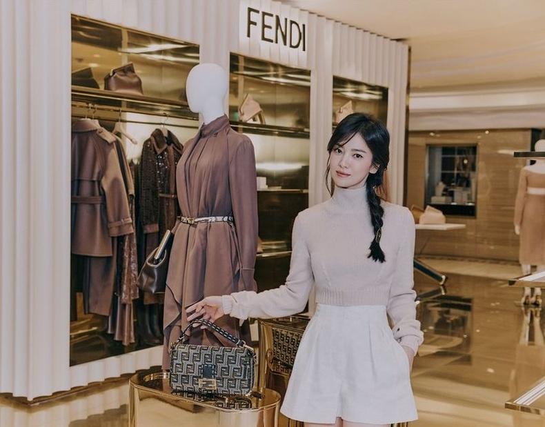 Ингээд Harper'sBazaar сэтгүүлийн Солонгос дахь төлөөлөгчийн инстаграм хуудсанд нийтлэгдсэн жүжигчин Сун Хе Гюгийн зургуудаас хүргэж байна.