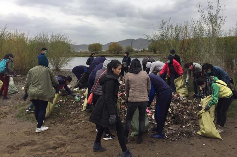 ХХБанкны ажилтнууд Туул голын сав газрыг цэвэрлэлээ