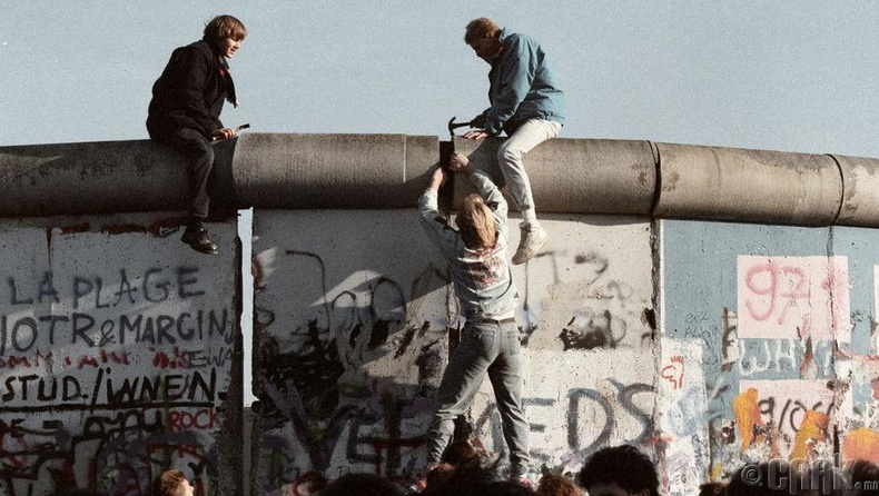 БНАГУ-ын иргэд Берлины ханыг нурааж буй нь, 1989 оны 9 сарын 24
