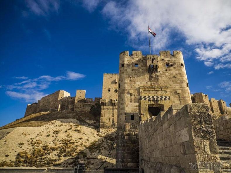 """Сирийн Алеппо хотын төв хэсэгт байрлах """"Aleppo Citadel"""" ордон"""
