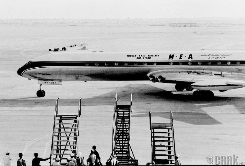 Дубайн нисэх буудлын шинэ зурвас дээр анхны онгоцыг буулгаж байгаа нь, 1965